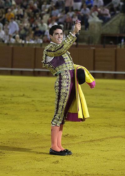 Juan Solís 'El Manriqueño', de corinto y oro (Escuela de Camas), oreja y vuelta al ruedo tras petición de trofeo. Foto: Toromedia