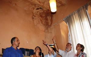 Rodrigo Torrijos ha visitado hoy la vivienda que sufre numerosas deficiencias.