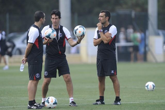 Unai Emery charla con sus colaboradores durante un entrenamiento en Costa Ballena. (Marcamedia)