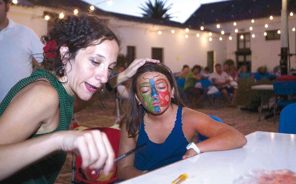 Taller de maquillaje infantil celebrada el año pasado en el cortijo del Alamillo durante la programación de los Veranillos. / J. M. Paisano (Atese)