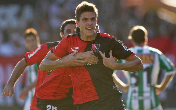 Santiago Vergini celebra un gol con Newell's.