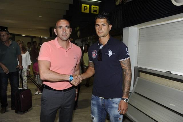Vitolo y Monchi, en el aeropuerto de Sevilla (Marcamedia).