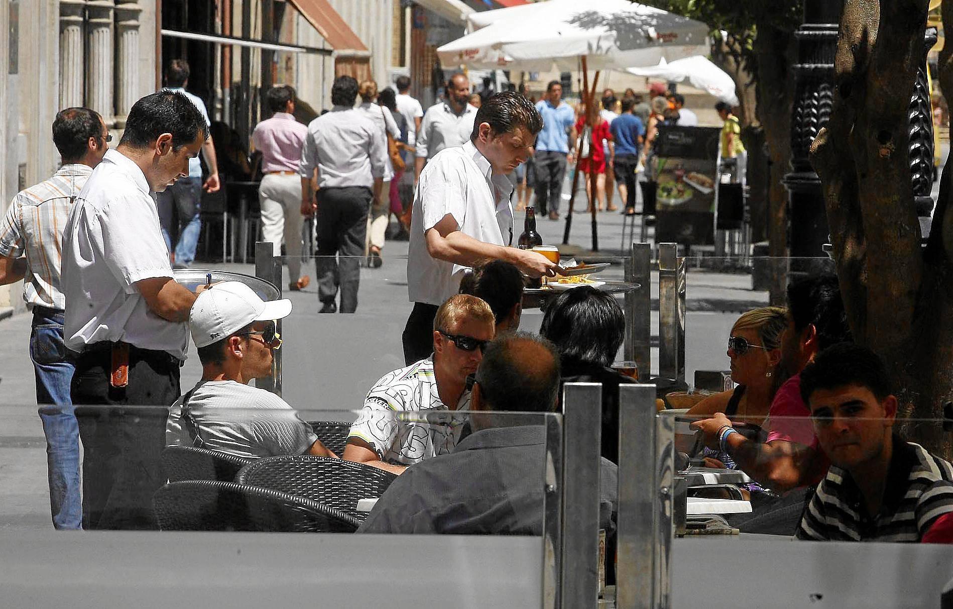 De los 1.328 desempleados menos registrados, 1.033 corresponden al descenso del desempleo en el sector servicios vinculado sobre todo a la actividad turística.