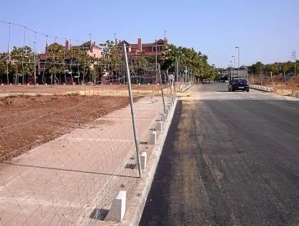 Una de las vías del parque Guadaíra sin arbolado y desprotegida para el paseante. Foto: El Correo.