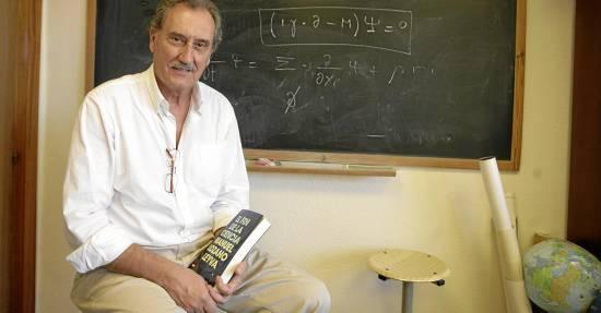 Manuel LozanoLeyva, un profesor inquieto que se dirige a sus alumnos en su más reciente libro.