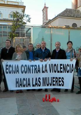 Concentración en Écija en repulsa al último crimen de violencia de género.