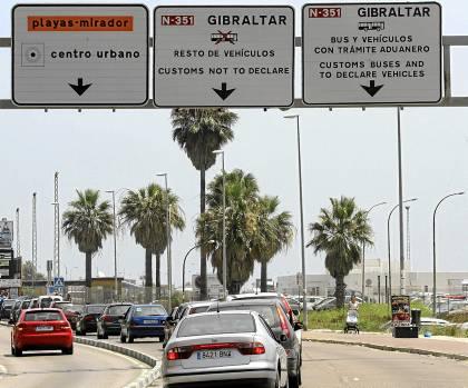 33 Las colas para acceder ayer a España desde Gibraltar seguían siendo kilométricas.