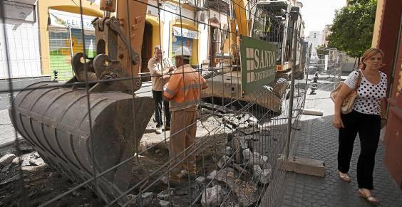 El vallado de la calle Escuelas Pías ha pillado por sorpresa a vecinos y comerciantes que tendrán la vía levantada hasta el día 16. Foto: J.M. Espino (Atese)