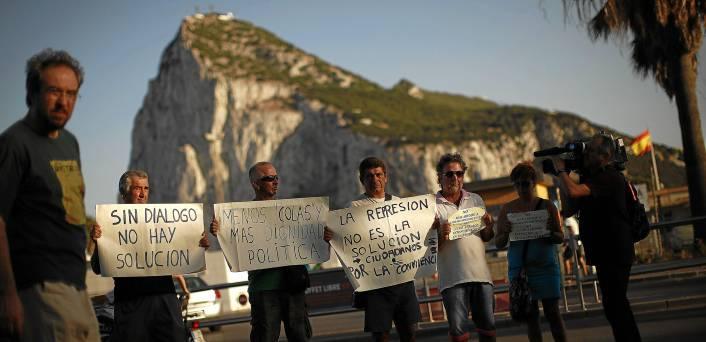 33 Protesta ayer de trabajadores andaluces en la frontera con Gibraltar, afectados por los fuertes controles de acceso que ha impuesto España.