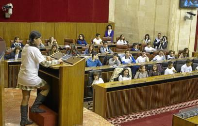 Escolares en un pleno infantil en la sede del Parlamento de Andalucía. Foto: José Manuel Vidal /EFE)