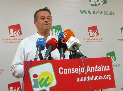 José Antonio Castro, portavoz de IU en el Parlamento, ayer, en rueda de prensa.