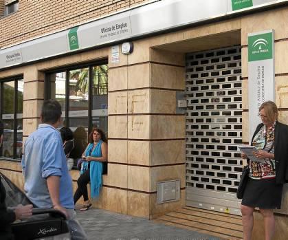 Un grupo de parados a las puertas de una oficina del servicio de empleo en Sevilla.