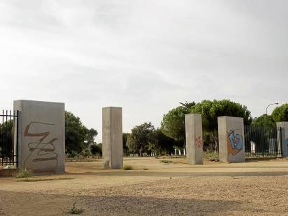 Imagen de una de las entradas sin puertas a un parque que está aún pendiente. Foto: Manuel R.R. (Atese)