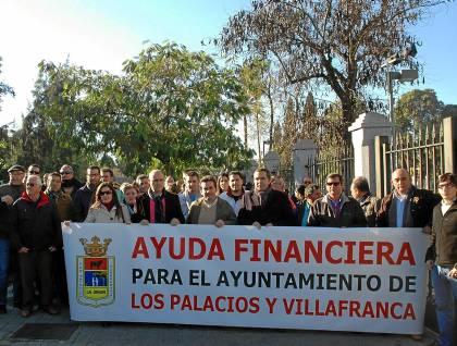 Pancarta en Los Palacios contra la asfixia municipal