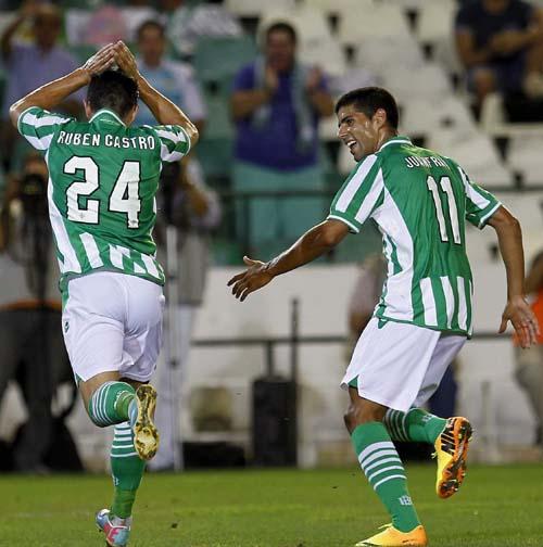 Rubén Castro celebra el 1-0 contra el Jablonec junto a Juanfran.