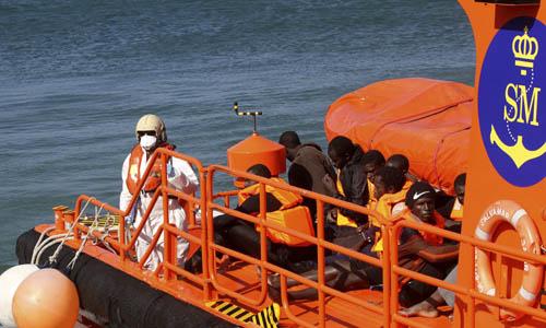 Inmigrantes rescatados tras un viaje en patera. / EFE