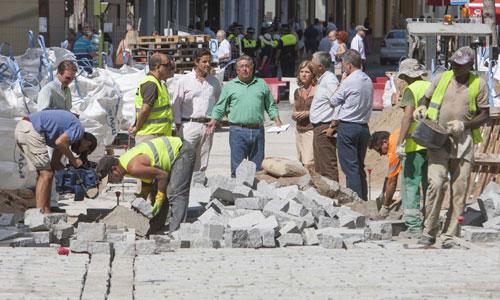 El alcalde supervisa, bajo un sol de castigo, la evolución de las obras de reposición del adoquinado en la Campana.