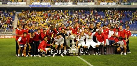 El Sevilla, con el trofeo Carranza de 2008. (Marcamedia).