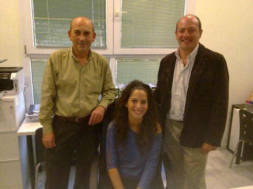 Luis Núñez, junto con Manuel Pulido y Laura Núñez, que durante dos años fue socia de la cooperativa, en el CADE de Sevilla. / EL CORREO