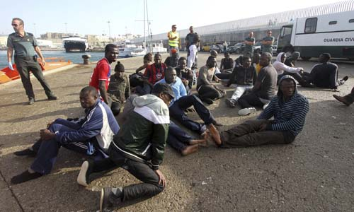Varios de los inmigrantes rescatados tras ser desembarcados en el puerto de Tarifa este lunes. / EFE