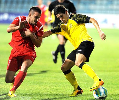 Jairo Samperio del Sevilla FC disputa el balón con Radule Zivkovic Foto:EFE