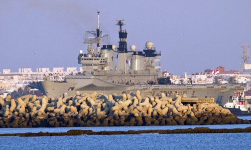 El portaaviones HMS Illustrious, buque insignia de la armada británica, en la base naval de Rota (Cádiz) donde hará escala antes de partir para realizar ejercicios navales. EFE/ROMÁN RÍOS