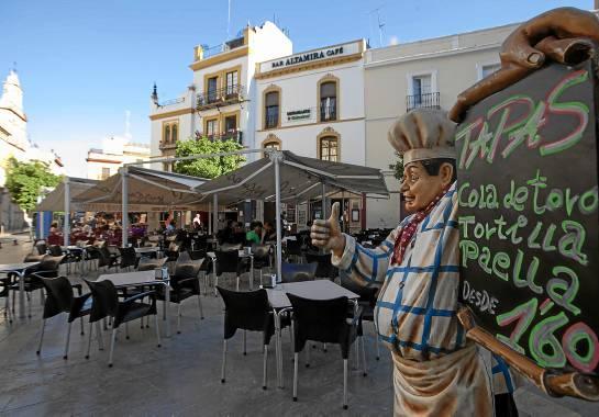 En Santa María la Blanca han proliferado las mesas en la calle. J.M. Espino (Atese)
