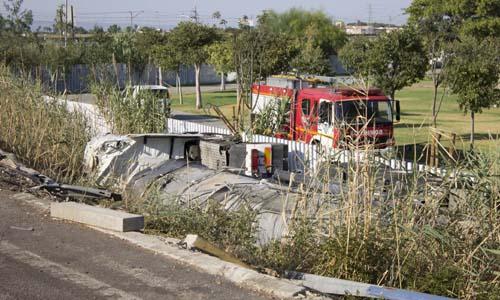 Un camión con ácido sulfúrico ha volcado en la SE-30. / Manu R. R. (ATESE)