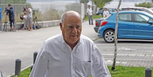 Amancio Ortega a su llegada al tanatorio. Foto: EFE