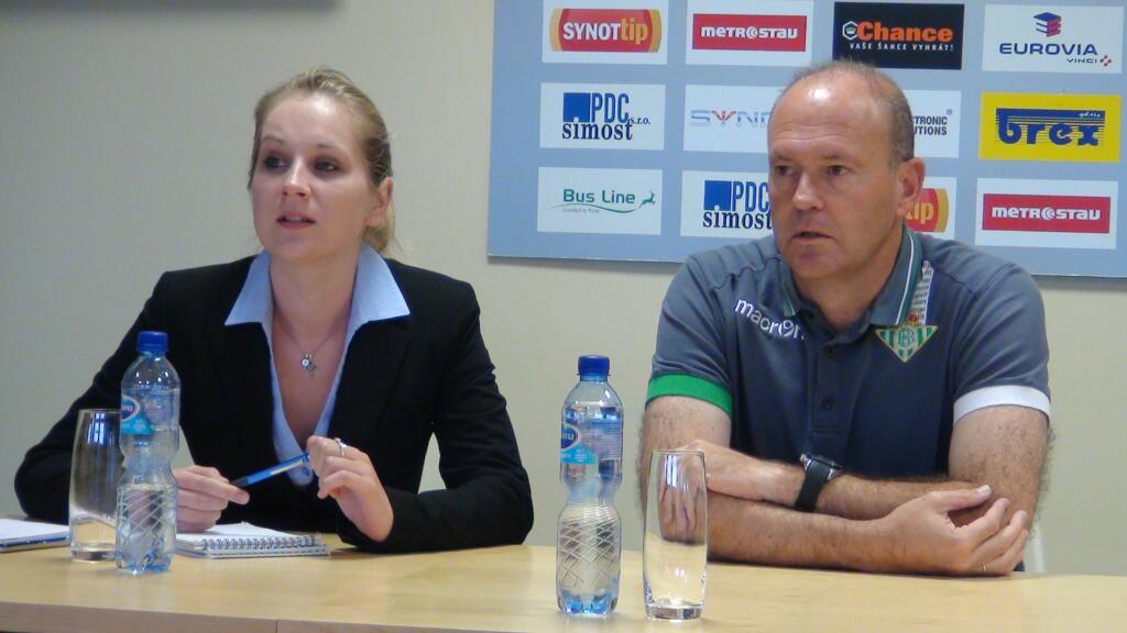 Pepe Mel junto a la traductora en el Chance Arena, hoy / UEFA