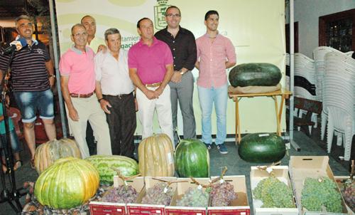 El alcalde posa junto a los premiados y los ejemplares de uva y sandía. Foto: Ayuntamiento de Los Palacios