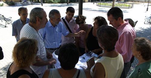 Visita realizada ayer por el portavoz socialista, Juan Espadas, y el concejal Juan Manuel Flores al Parque Estoril. Foto: Psoe de Sevilla