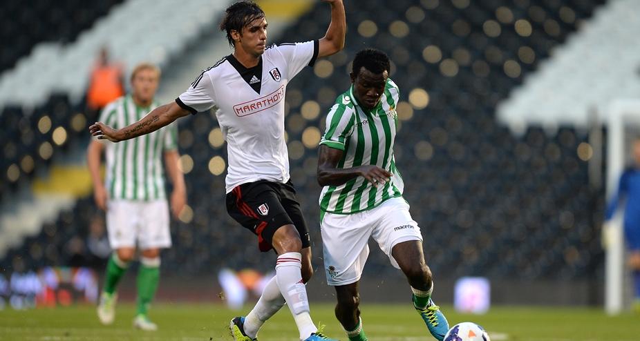 Nosa, el autor del gol bético, se va de Bryan Ruiz / Fulham FC