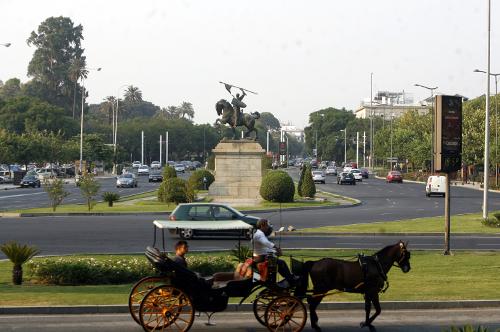 Un coche de caballos pasa por la glorieta de El Cid, en cuyo entorno está proyectado un aparcamiento subterráneo. / JAVIER DÍAZ