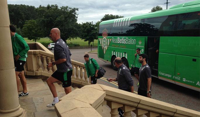 El equipo, a su llegada. (Foto: Real Betis)