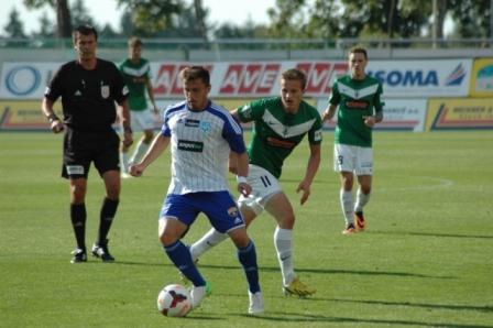 Jan Kopic (11), autor de dos goles, presiona a un rival del Znojmo / FK Jablonec