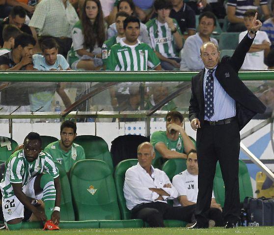 Pepe Mel da órdenes a sus jugadores en plena goleada / EFE