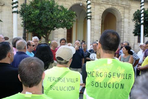 El portavoz de IU junto a los trabajadores de Mercasevilla. Foto: IU