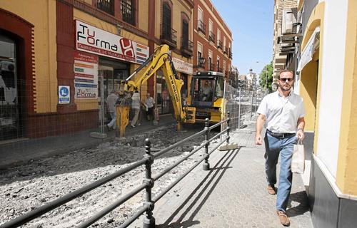 La piqueta se ha abierto paso en la calle Escuelas Pías, donde se realizarán obras de reasfaltado y repavimentación durante este mes de agosto. Foto: J.M. Paisano (Atese)