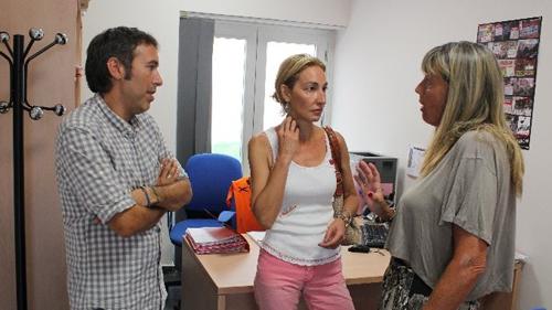 Foto de la visita realizada el pasado miércoles por la concejala socialista Susana López al centro de servicios sociales de Alcosa.