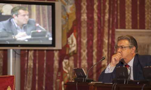 El alcalde, Juan Ignacio Zoido, escucha al portavoz socialista, Juan Espadas, en un Pleno de junio./ J.M. Espino (ATESE)