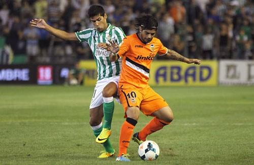 Juanfran pugna con Banega en el Betis-Valencia de esta temporada.