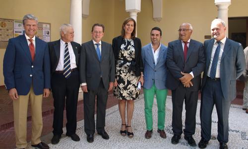 De Llera (tercero por la izquierda) junto a empresarios del toro y la alcaldesa de Osuna.