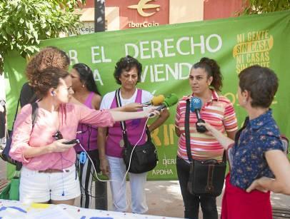 Agusanta, una de las vecinas de la corrala, explica la nueva situación ayer a los medios. / J. M. Paisano (Atese)