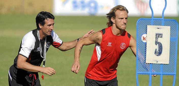 El entrenador del Sevilla, Unai Emery, muy pendiente del croata Ivan Rakitic durante un entrenamiento.