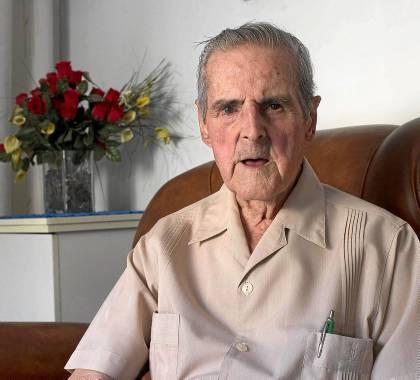 Genaro Reyes, fotografiado ayer en su casa de la Macarena, a punto de cumplir el siglo de vida. / Manuel R. R. (Atese)