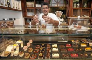 Manu Jara ha abierto recientemente un establecimiento en la calle Pureza donde, además, impartirá clases de repostería. / J. M. Espino (Atese)