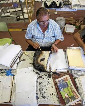 Un voluntario trabajando meticulosamente. / J. M. Paisano (Atese)