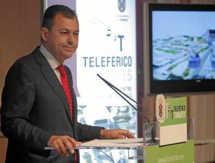 El alcalde de Tomares, José Luis Sanz,  durante la presentación de su proyecto de teleférico. / Paco Puentes (Nphoto)