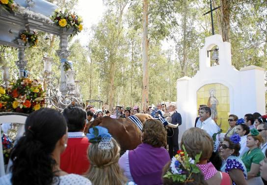 Rezos ante el monolito con la imagen del Inmaculado Corazón de María en la zona del eucaliptal del Parque del Tamarguillo. / Fotos: Hermandad Inmaculado Corazón